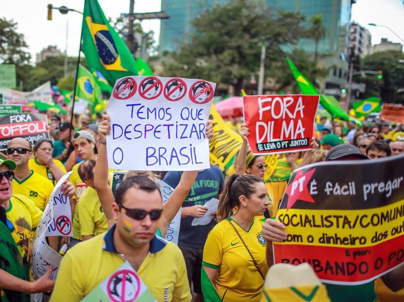 Manifestantes carregam faixas em Porto Alegre