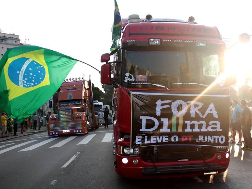 Em São Paulo, caminhoneiros protestam contra o governo da presidente Dilma Rousseff