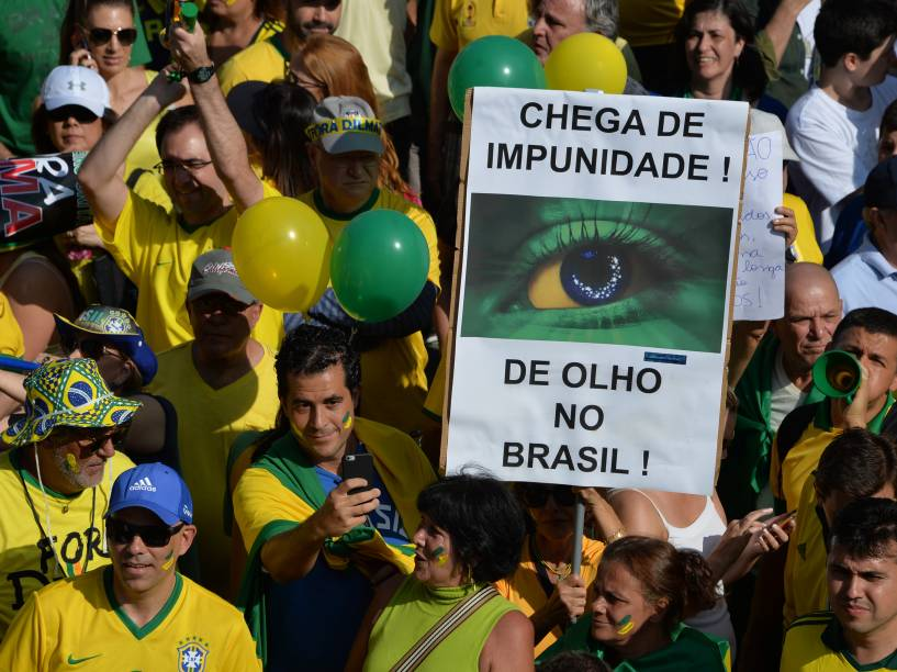 Protesto contra o governo da presidente Dilma Rousseff e contra o partido dos trabalhadores (PT), na Avenida Paulista, São Paulo, neste domingo (12)