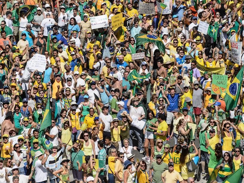 Manifestantes na praia de Copacabana, no Rio de Janeiro