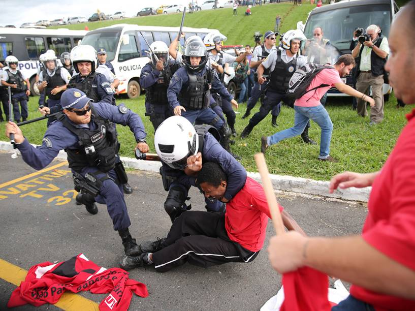 Em Brasília, confronto entre PM e manifestantes em ato contra a lei da terceirização