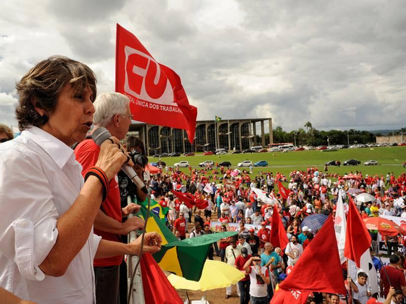 A deputada Erica Kokay (PT-DF) fala em carro de som durante manifestação em frente ao Congresso Nacional em Brasília