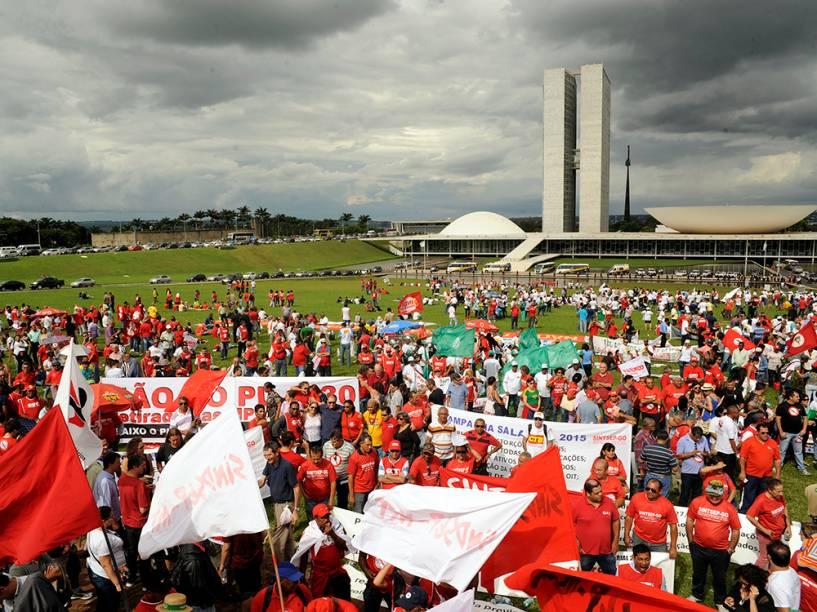CUT e Centrais Sindicais manifestam no gramado do Congresso