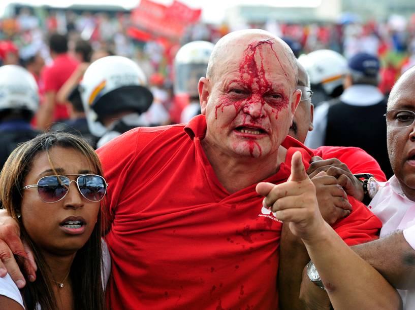 Manifestante é ferido durante confronto em Brasília
