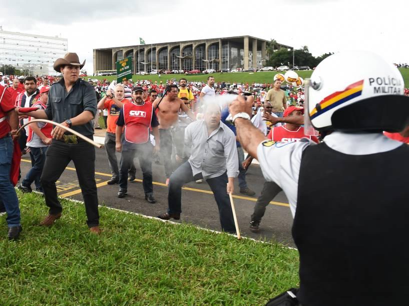 Manifestantes entram em confronto com a polícia em frente ao Congresso