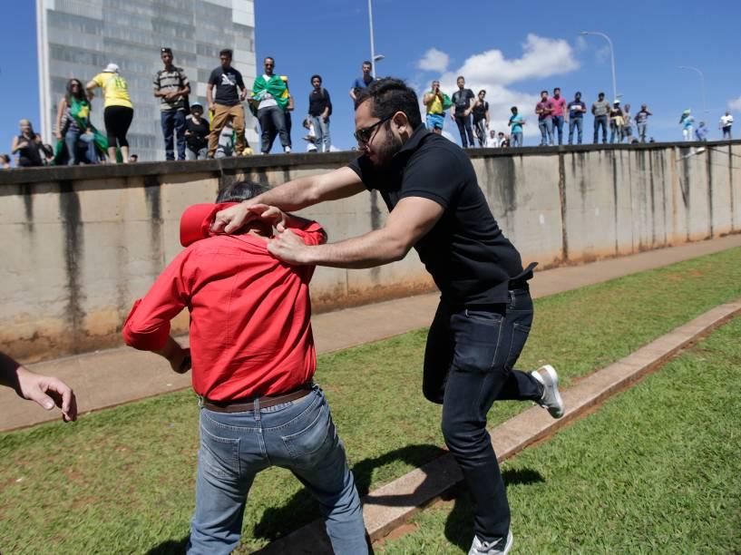 Confusão entre manifestantes favoráveis e contrários ao governo Dilma Rousseff durante protesto na Praça dos Três Poderes, em frente ao Palácio do Planalto, em Brasília, nesta quinta- feira (17)