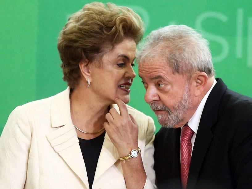 A presidente Dilma Rousseff e o ex- presidente Luiz Inácio Lula da Silva durante a cerimônia de posse dos novos ministros no Palácio do Planalto, em Brasília