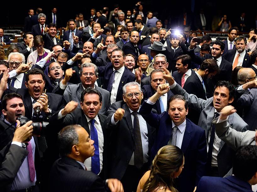 Deputados da oposição pró-impeachment durante protesto em sessão no plenário da Câmara dos Deputados, nesta quarta-feira (16), em Brasília (DF)