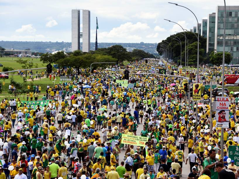 Movimentação contra a corrupção e a presidente Dilma Rousseff em Brasília (DF), neste domingo (13)
