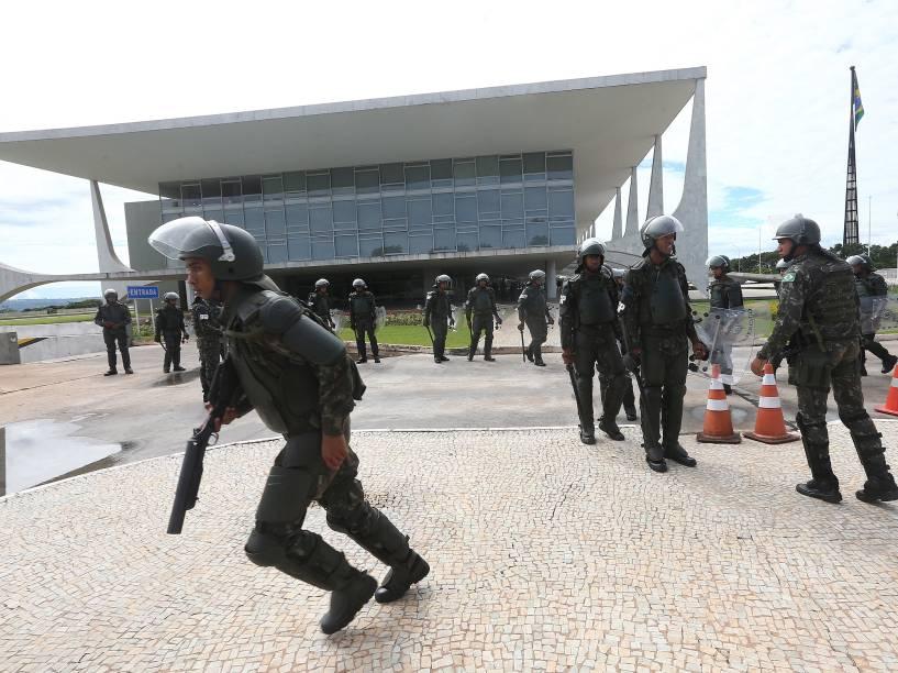 Soldados do Batalhão da Guarda Presidencial de prontidão no Palácio do Planalto, em Brasília, devido ao protesto contra a presidente Dilma e o PT, neste domingo (13)