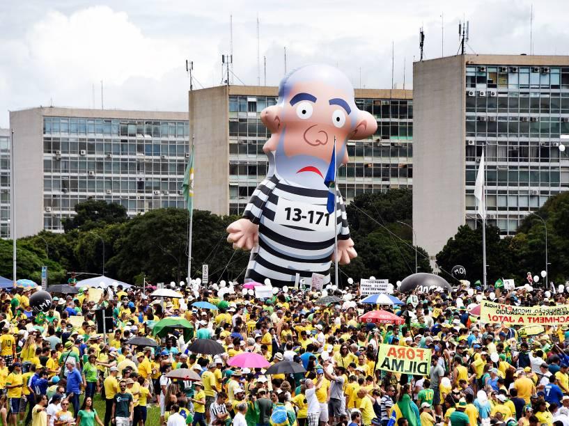 Ato contra a corrupção e a presidente Dilma Rousseff em Brasília (DF), neste domingo (13)