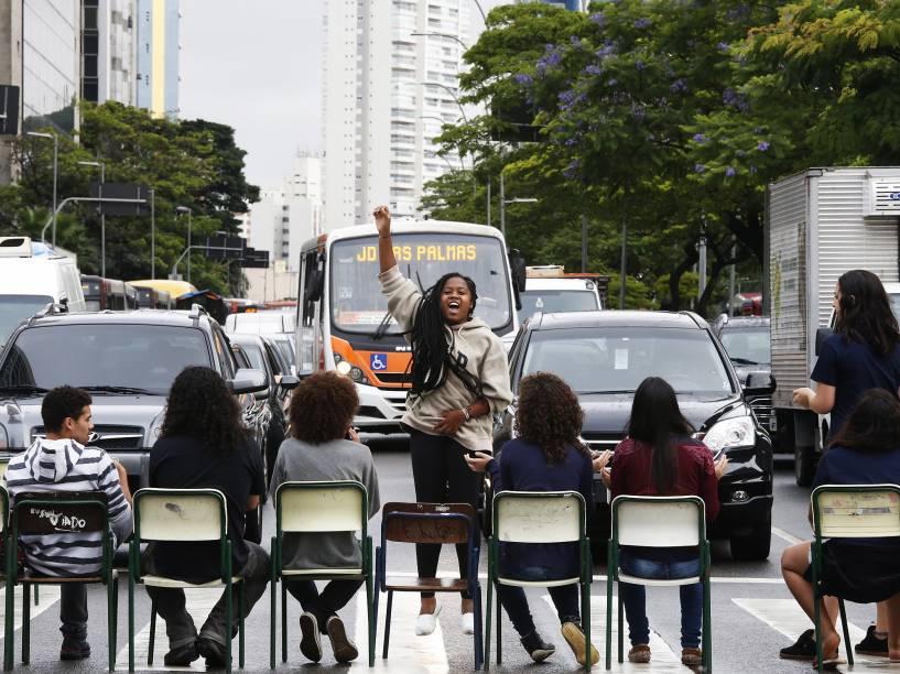 Alunos e pais de ao menos cinco escolas estaduais paulistas, entre elas o colégio Fernão Dias, em Pinheiros (zona oeste), participam nesta segunda-feira (30) de um protesto a favor da manutenção da ocupação das escolas