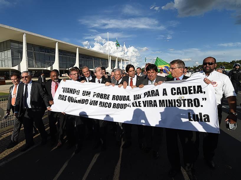 Deputados da oposição protestam em frente ao Palácio do Planalto, em Brasília (DF), nesta quarta-feira (16), contra a nomeação do ex-presidente Lula, ao cargo de ministro-chefe da Casa Civil