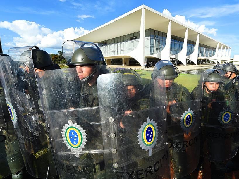 Protesto em frente ao Palácio do Planalto, em Brasília (DF), nesta quarta-feira (16), contra a nomeação do ex-presidente Lula, ao cargo de ministro-chefe da Casa Civil