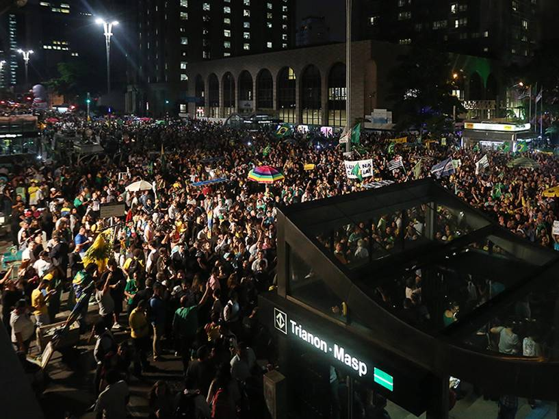 Protesto contra o governo de Dilma Rousseff e a nomeação do ex-presidente Lula, ao cargo de ministro-chefe da Casa Civil, na Avenida Paulista, em São Paulo (SP), na noite desta quinta-feira (17)