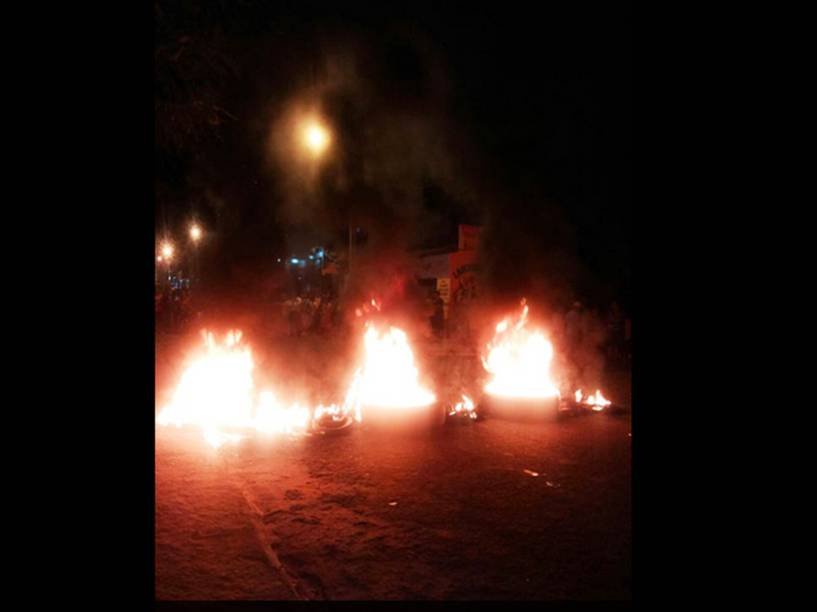 Moradores de Castelo do Piauí fazem protesto em frente à delegacia