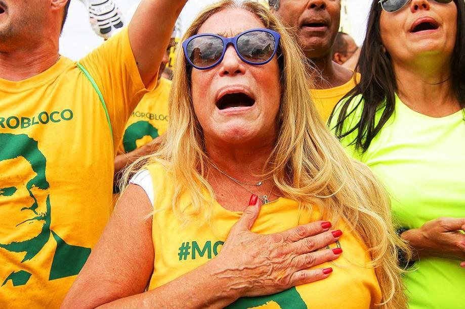 Atriz Susana Vieira, durante protesto contra o governo de Dilma Rousseff, na Praia de Copacabana, no Rio de Janeiro (RJ), na manhã deste domingo (13)