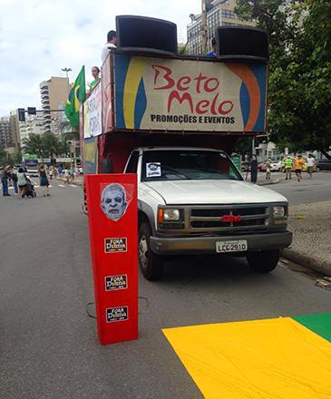 Carros de som começam a chegar, para protesto contra o governo de Dilma Rousseff, na Praia de Copacabana, no Rio de Janeiro (RJ), na manhã deste domingo (13)