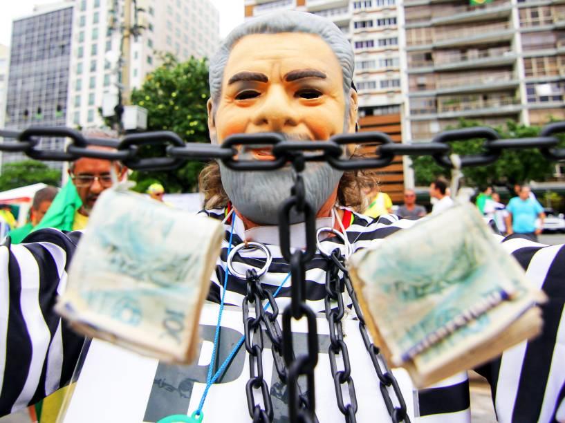Homem se veste de presidiário, em protesto contra o governo, na Praia de Copacabana, no Rio de Janeiro (RJ), na manhã deste domingo (13)
