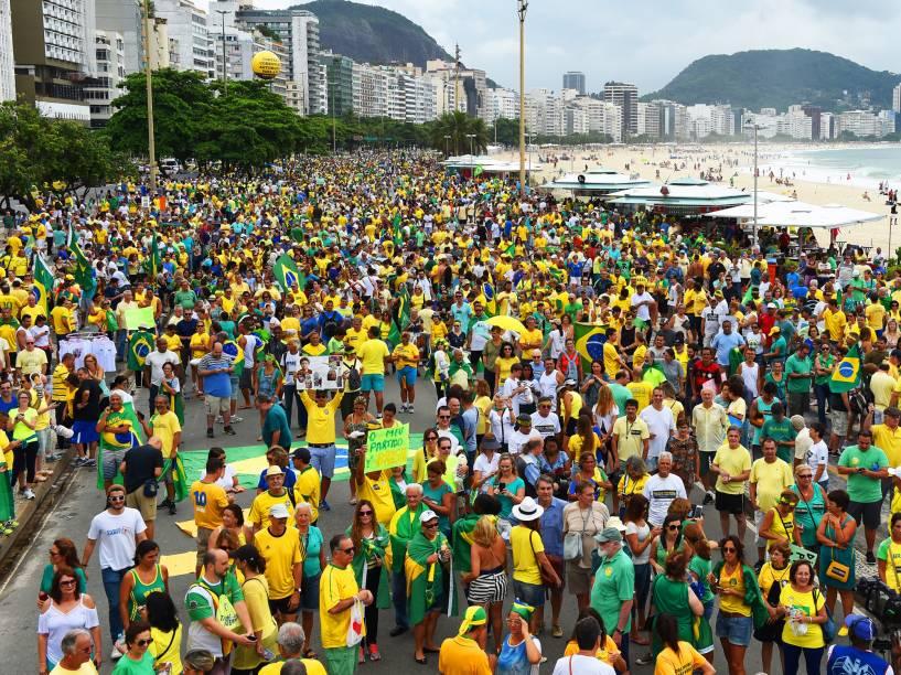 Protesto contra o governo de Dilma Rousseff, na Praia de Copacabana, no Rio de Janeiro (RJ), na manhã deste domingo (13)