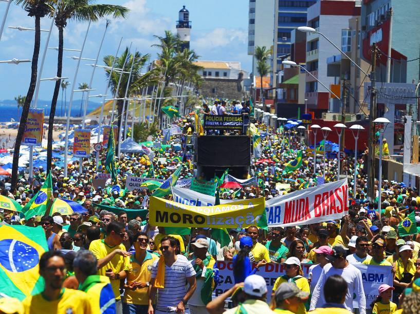 Protesto contra o governo de Dilma Rousseff, em Salvador (BA), no Farol da Barra, neste domingo (13)