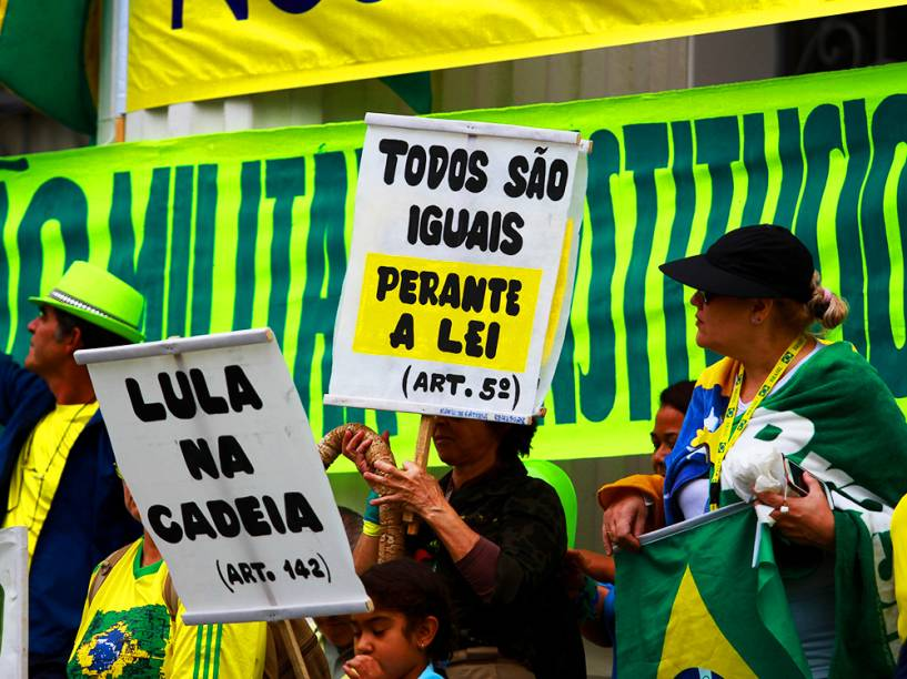 Protesto contra o governo de Dilma Rousseff, em Curitiba (PR), na tarde deste domingo (13)