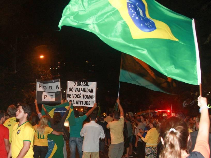 Manifestantes se reúnem na frente da Justiça Federal, em Curitiba, para protestam contra a nomeação do ex-presidente Lula no cargo de ministro da Casa Civil