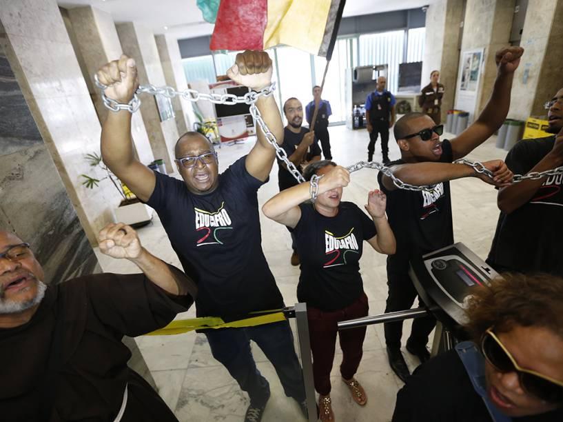 Trabalhadores ligados ao Sindicato dos Trabalhadores em Água, Esgoto e Meio Ambiente do estado de São Paulo (Sintaema) e à Central dos Trabalhadores e Trabalhadoras do Brasil (CTB) bloqueiam a Ponte das Bandeiras, em São Paulo (SP), durante protesto na manhã desta sexta-feira (29)