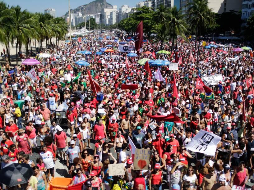 Manifestantes protestam contra o Impeachment da Presidente Dilma Rousseff, no Rio de Janeiro. O processo será votado hoje, na Câmara dos Deputados