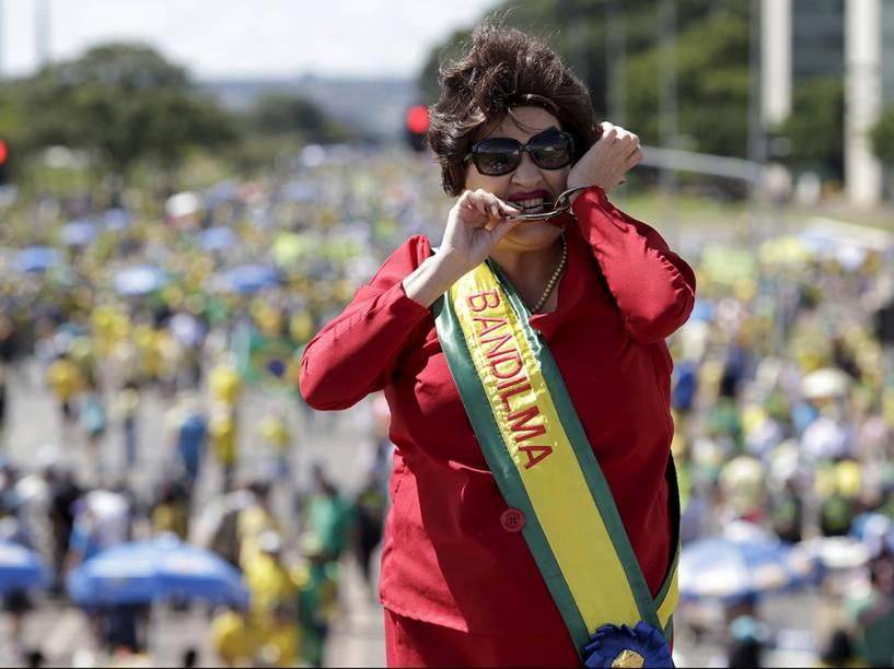 Em Brasília, manifestante caracterizada de Dilma Rousseff
