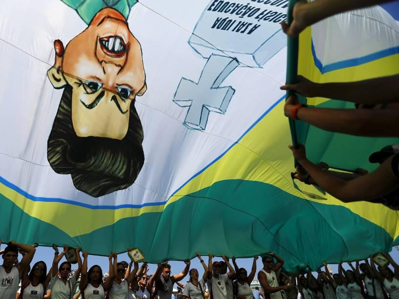 Protesto contra o governo da presidente Dilma Rousseff e contra o PT (Partido dos Trabalhadores) no Rio de Janeiro, neste domingo (12)