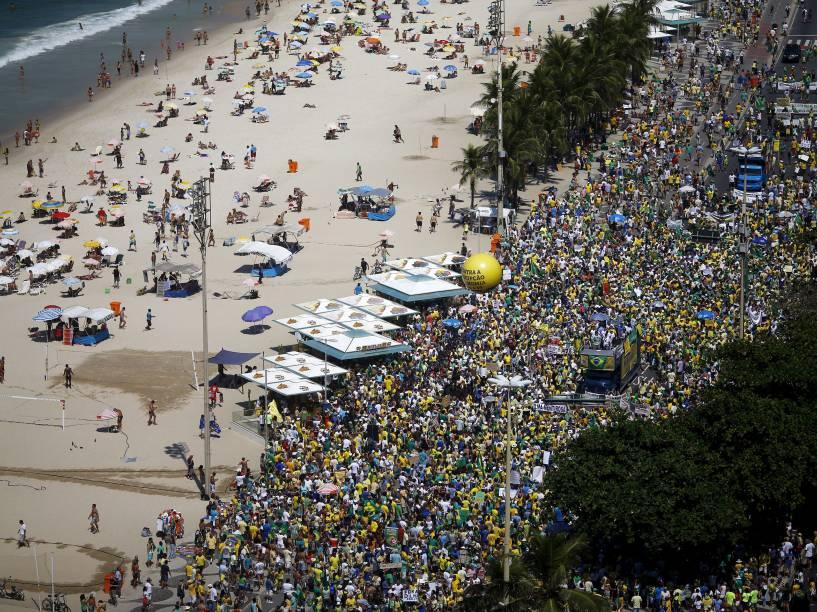 Protesto contra o governo da presidente Dilma Rousseff e contra o PT (Partido dos Trabalhadores) em Copacabana, no Rio de Janeiro, neste domingo (12)