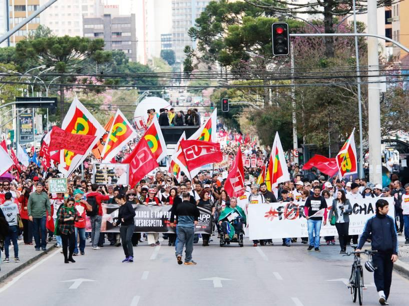 Professores e servidores públicos do Paraná protestaram na praça 19 de Março em Curitiba (PR). Os manifestantes caminharam pela rua Candido de Abreu até o Centro Cívico, onde está localizada a sede do governo estadual