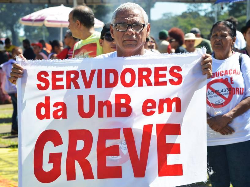 Professores participam de protesto em frente ao Palácio do Buriti, em Brasília (DF)