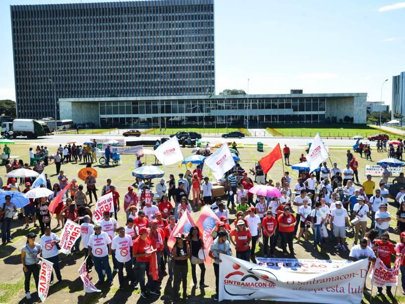 Em Brasília, professores participam de ato em frente ao Palácio do Buriti no Dia da Paralisação Nacional, convocada pela CUT e outras centrais sindicais