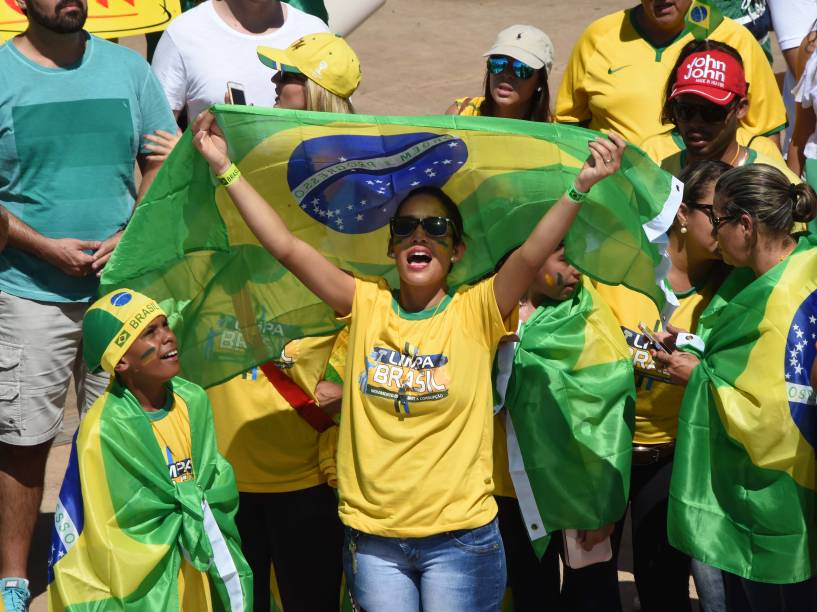 Protesto contra o governo da presidente Dilma Rousseff e contra o PT (Partido dos Trabalhadores) no Congresso Nacional, em Brasília, DF, neste domingo (12)