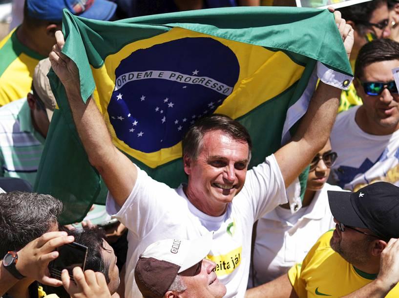 Deputado Jair Messias Bolsonaro, em protesto contra o governo de Dilma Rousseff,em Brasília (DF), na manhã deste domingo (13)