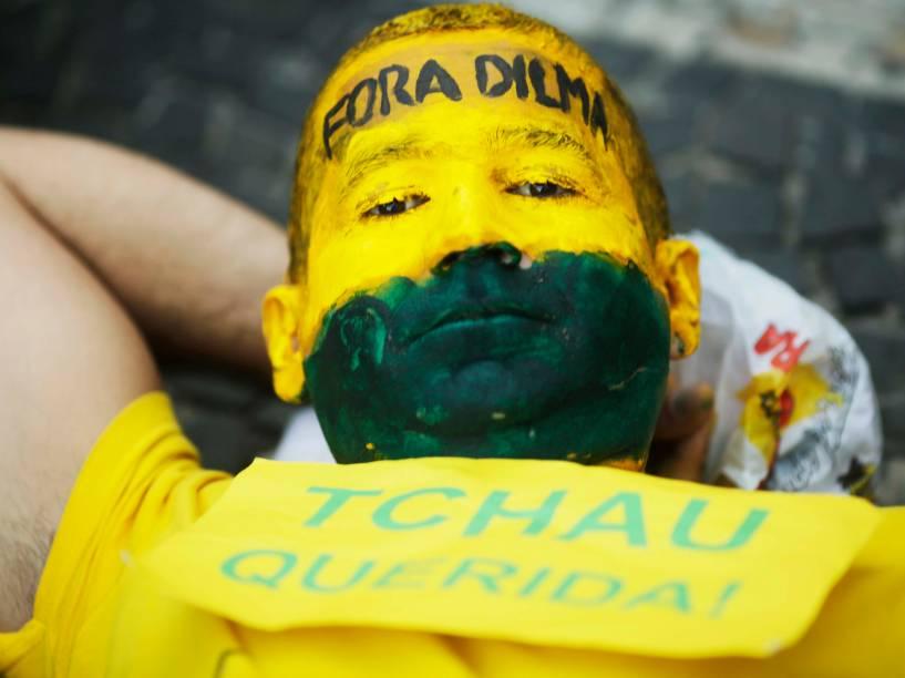 Garoto pinta o rosto de verde e amarelo para acompanhar as manifestações a favor do Impeachment, no Rio de Janeiro - 17/04/2016