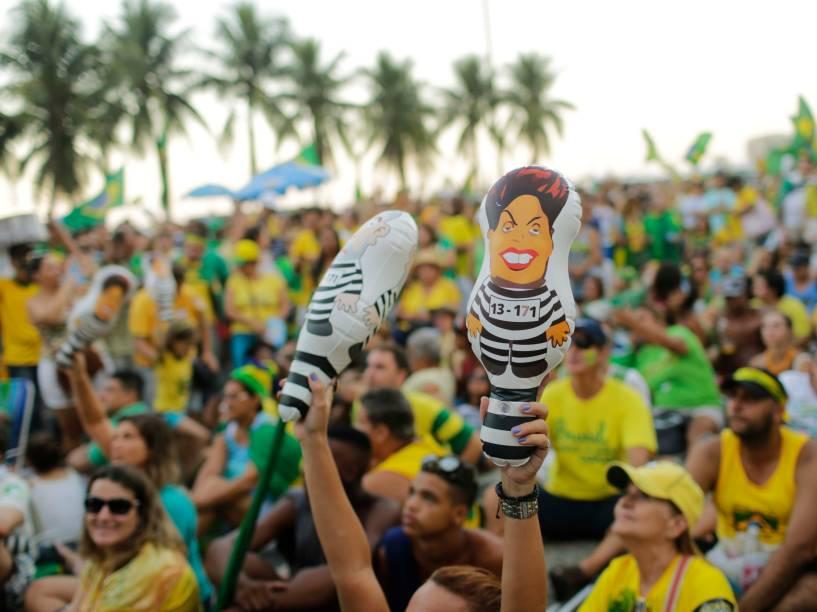 """Manifestantes levantam boneco """"pixuleco"""" com caricatura da presidente Dilma, em apoio ao Impeachment - 17/04/2016"""