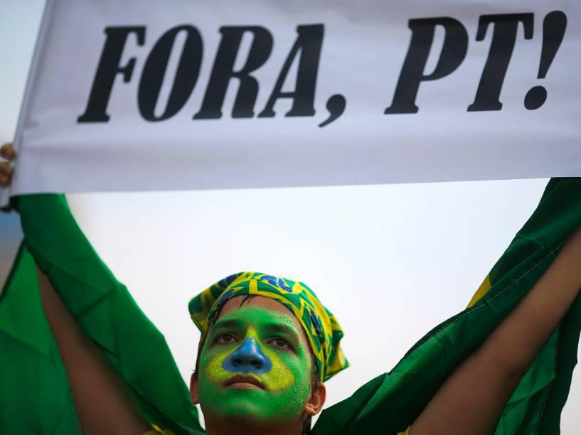 Manifestantes participam de ato a favor do impeachment da Presidente Dilma Rousseff, no bairro de Copacabana, zona sul do Rio de Janeiro, na manhã deste domingo (15)