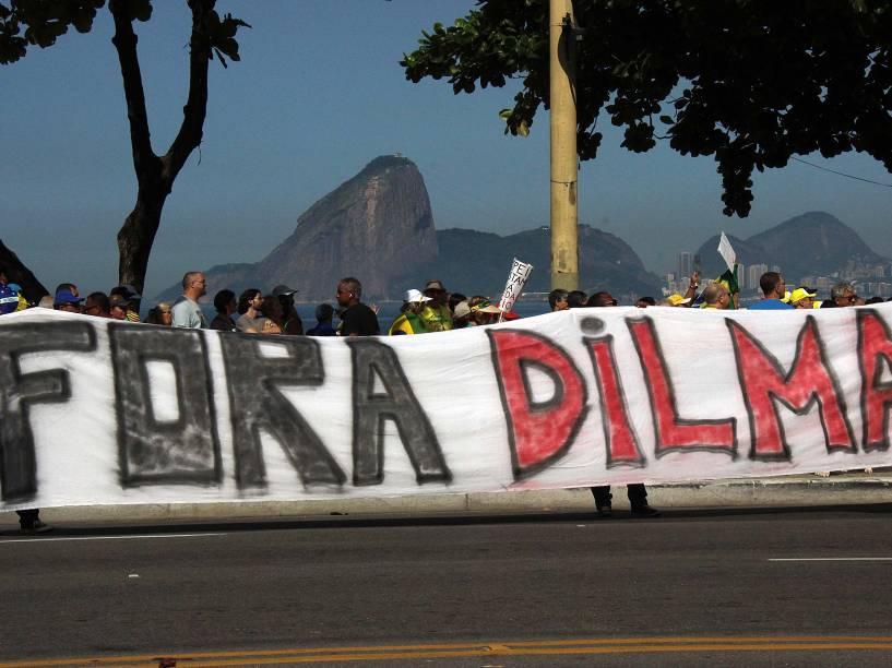 Protesto pelo impeachment do governo da presidente Dilma Rousseff e contra o PT (Partido dos Trabalhadores) na praia de Icaraí na cidade de Niterói, RJ, neste domingo (12)
