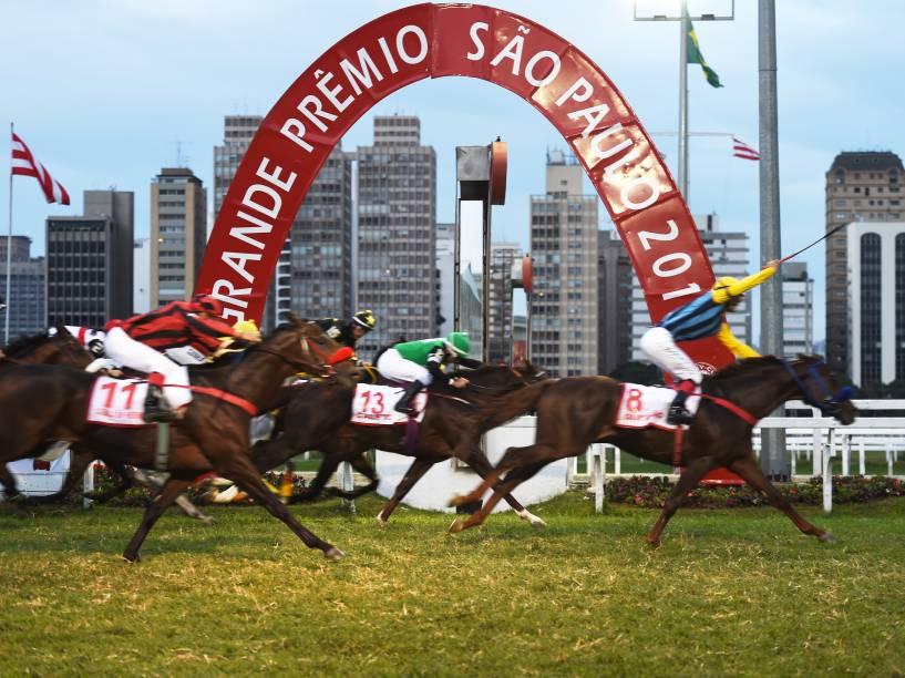 Montado por Acedenir Gulart, o cavalo Quinhão (número 8) foi o vencedor do GP