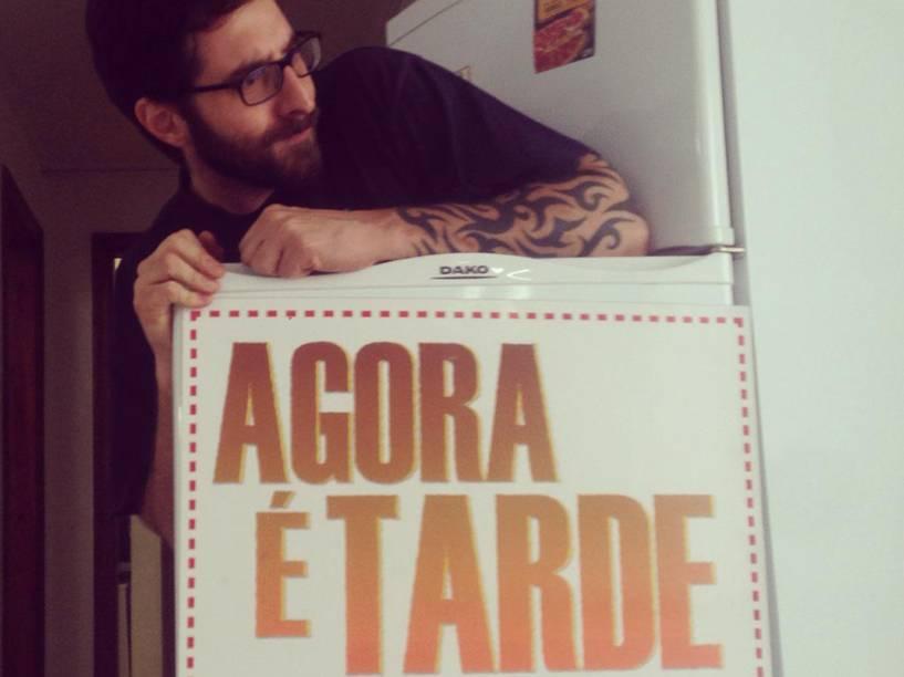 Rafinha faz piada com a geladeira, termo usado quando um artista, apesar de contratado por uma emissora, fica fora do ar