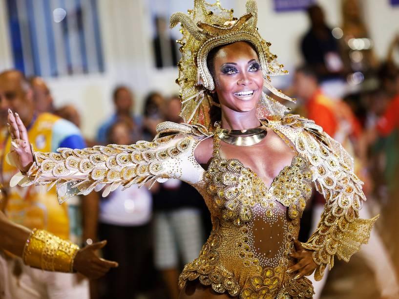 Luana Bandeira, rainha de bateria da Estácio de Sá