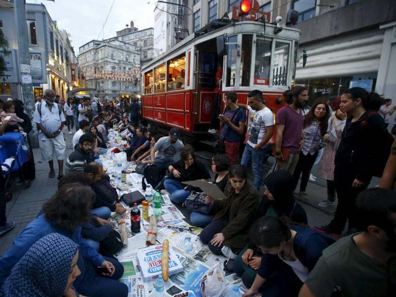 Pessoas se preparam para o desjejum no primeiro dia do mês sagrado de Ramadã, em Istambul, Turquia