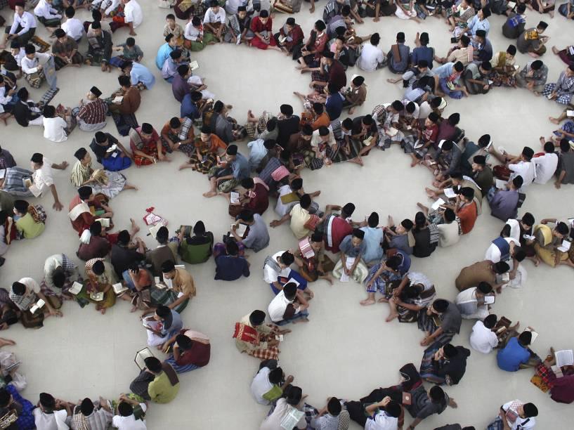 Estudantes comparecem a um evento de leitura do Alcorão, durante o mês sagrado do Ramadã, no norte da Sumatra, Indonésia