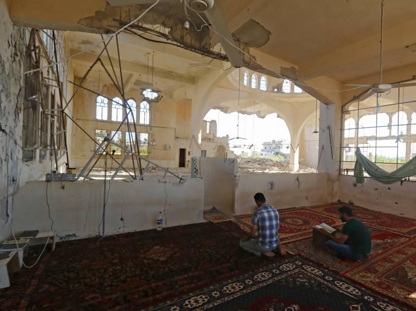 Homem reza em uma mesquita danificada no vilarejo Qmenas, Síria, durante o mês sagrado do Ramadã