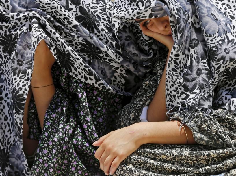 """Garotas palestinas esperam o início das rezas da terceira sexta-feira do Ramadã em local conhecido pelos muçulmanos como o """"Santuário Nobre"""", em Jerusalém"""