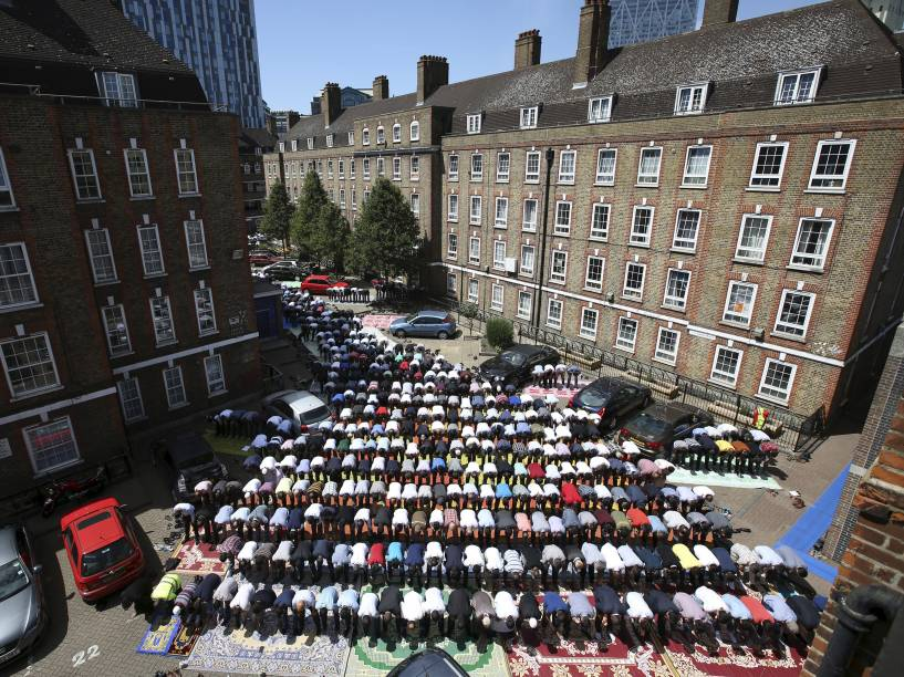 Muçulmanos comparecem para as rezas de sexta-feira em uma mesquita em Londres, Inglaterra