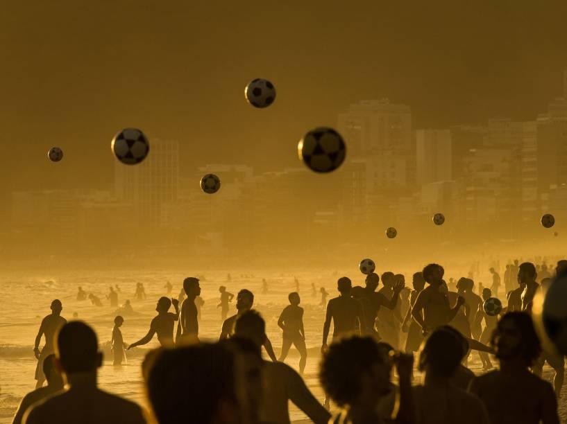 Banhistas jogam futebol na praia de Ipanema, no Rio de Janeiro